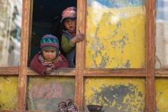 Bimbi affacciati alla finestra, Padum, Ladakh