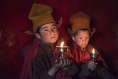 Giovani monaci in preghiera