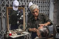 Barbiere del quartiere vecchio di Hanoi, Vietnam