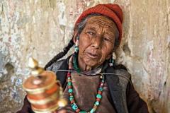 Donna buddista in pellegrinaggio al monastero