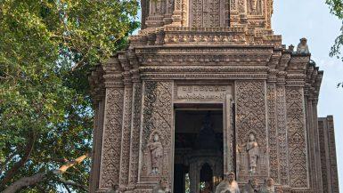 Caratteristico tempio cambogiano preso d'assalto dalle scimmie