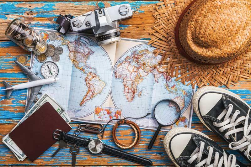 Cosa significa essere viaggiatori? Significa emozionarsi nel momento in cui si raccoglie l'indispensabile per una nuova meta, appoggiando il tutto su un tavolo, immaginando ciò che ci aspetterà.