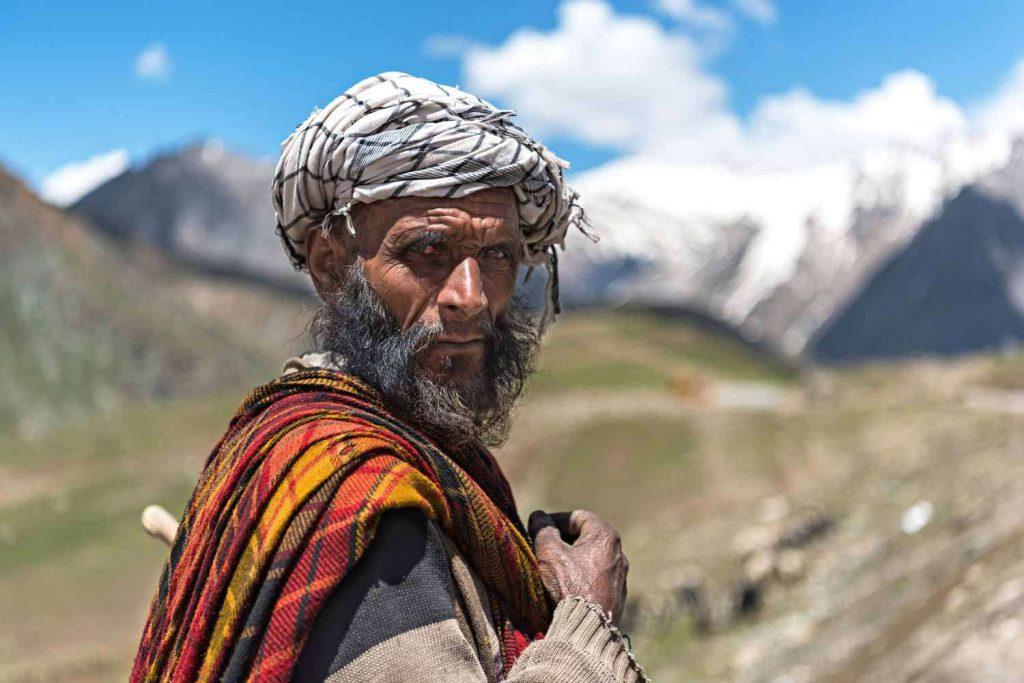 Pastore nomade incontrato su uno dei tratti di strada di alta montagna in Ladakh