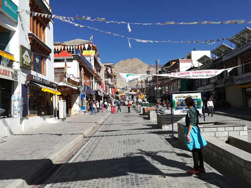 La piazza di Leh ospita negozi locali, mercati e ristoranti tipici.