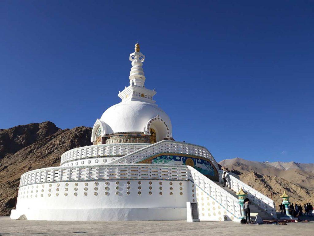 La maestosa Shanti stupa offre una bella vista sulla città. Sicuramente una tra le attrazioni da vedere a Leh