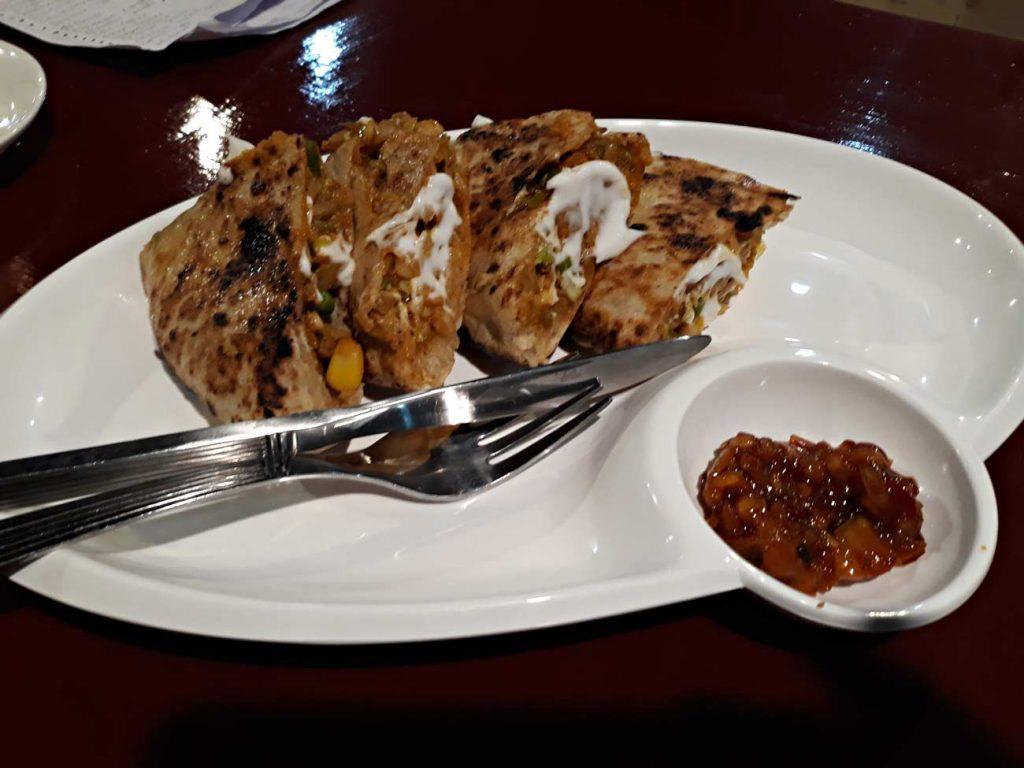 Il tipico pane khambir, una specie di panzarotto ripieno di verdure e carne piccante