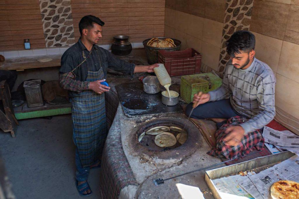 Un tipico forno del quartiere musulmano di Leh dove viene cotto il pane tandoori