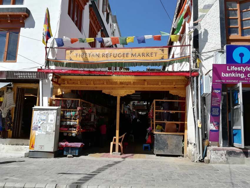 Il tipico mercato dei rifugiati tibetani di Leh dove si possono acquistare oggetti d'artigianato locale