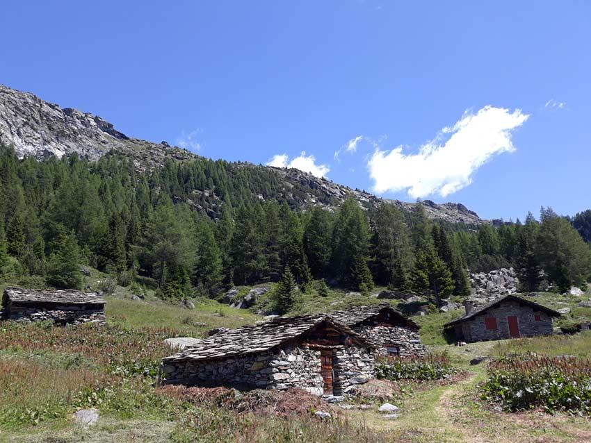 Le tipiche cascine in pietra della Valmalenco