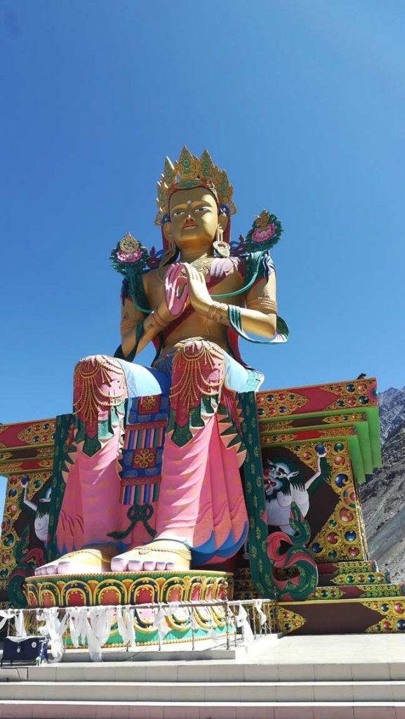 Il maestoso Buddha Maitreya nell'insolita posizione seduta nella cittadina di Diskit, Ladakh