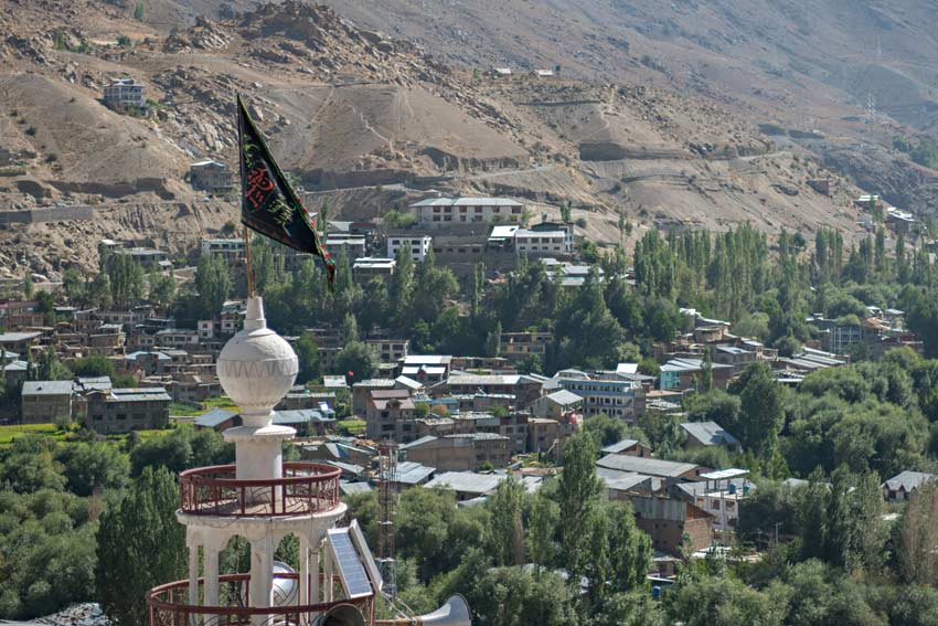 la vista della cittadina musulmana di Kargil dall'alto