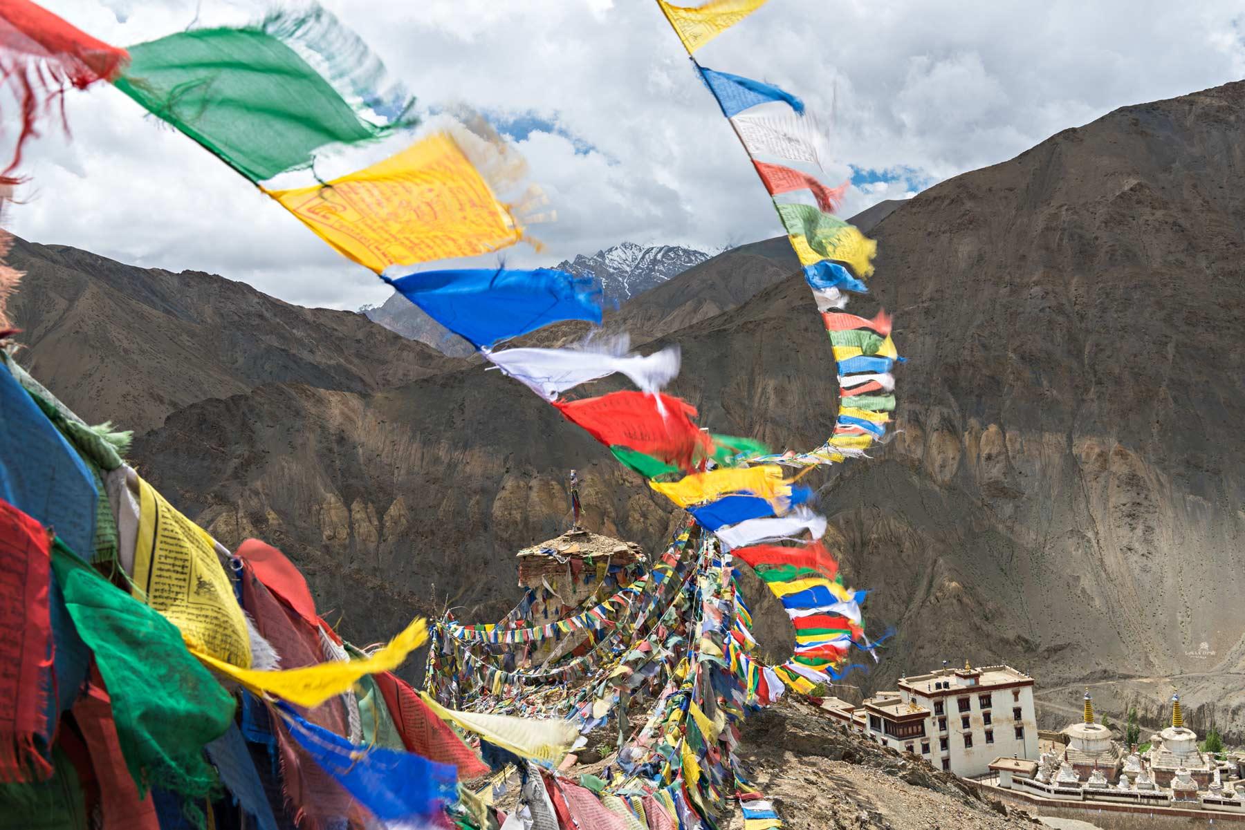 Il monastero di Lamayuru in Ladakh. Migliaia di bandierine sventolano liberando nell'aria le sacre preghiere.