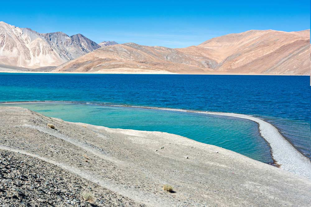 Le meravigliose acque cristalline del lago Pangong, al confine con la Cina. Imperdibile meta del Ladakh