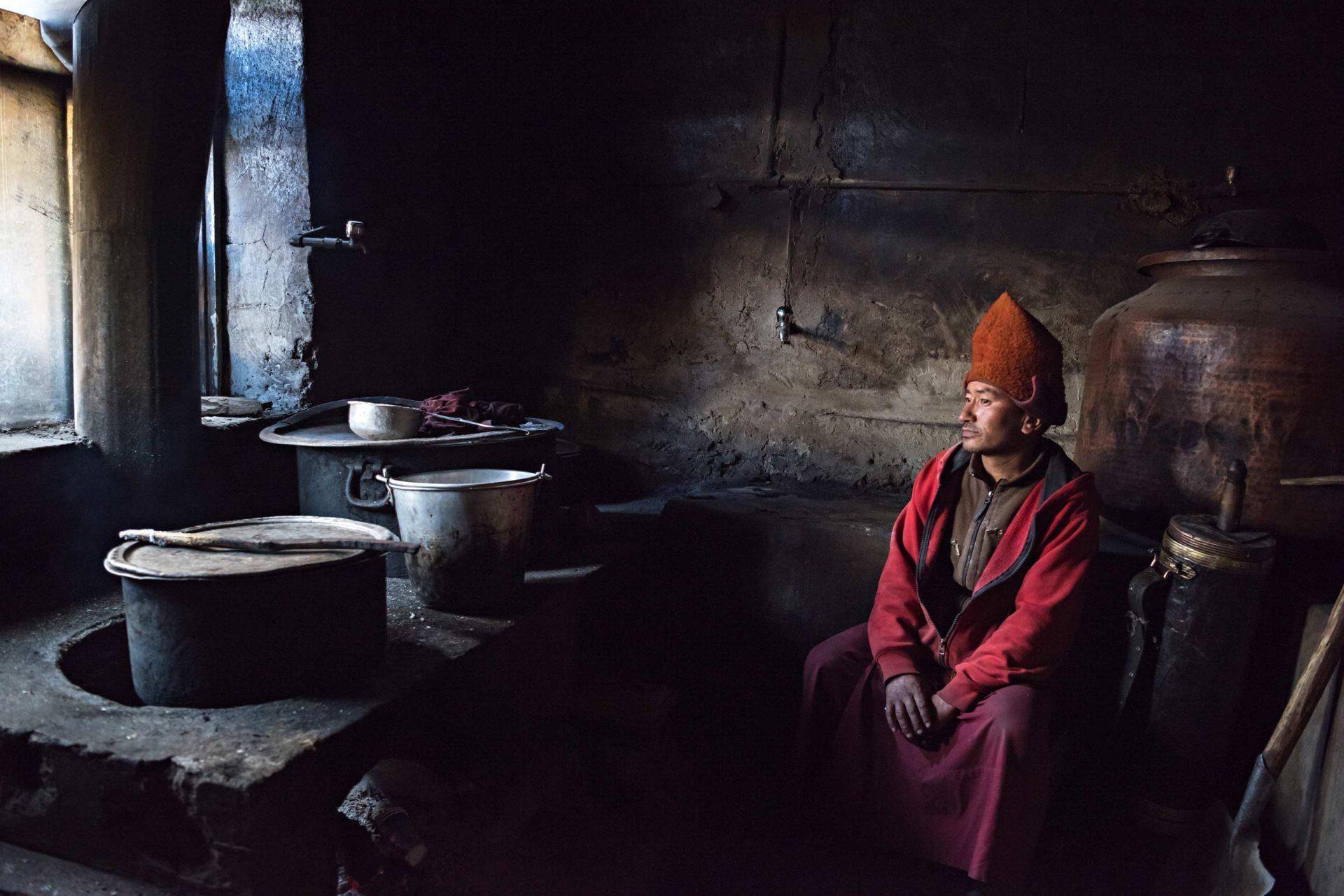 Questo scatto racconta la vita in un monastero buddista. Un giovane monaco addetto alla cucina prepara il pranzo per gli altri monaci del monastero