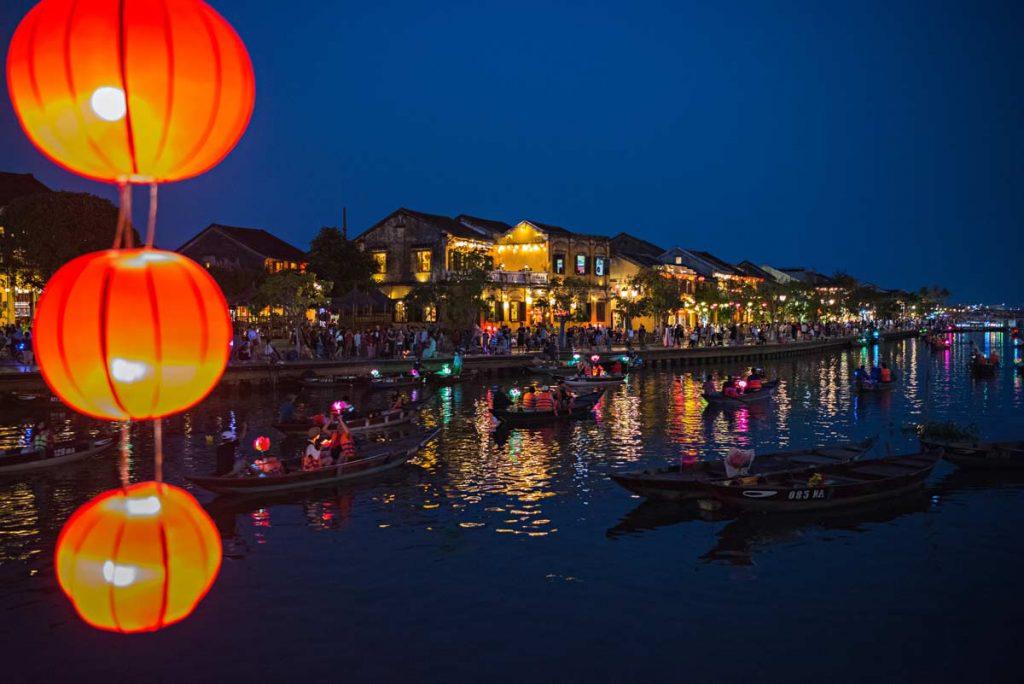 La magnifica cittadina di Hoi An al calar della sera. Centinaia di lanterne colorate si accendono creando un'atmosfera unica.