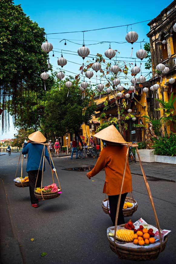 I tipici venditori di frutta presenti nella città vecchia