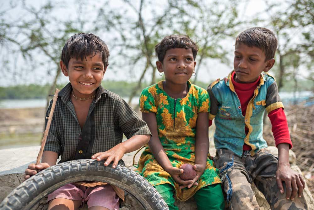 Splendidi bimbi che vivono in uno dei villaggi nei pressi della foresta del Bengala