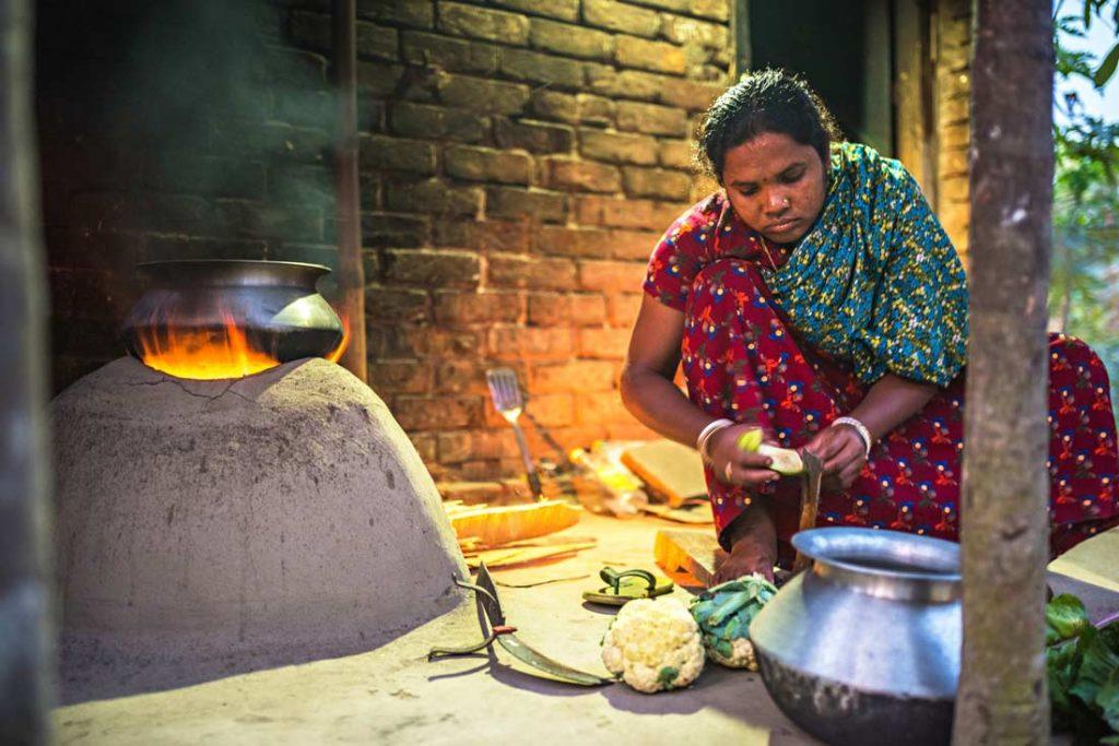 Beauty, la cuoca della missione sta sminuzzando le verdure per preparare la cena