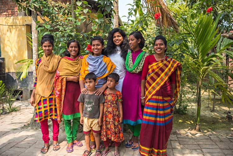 Alcune ragazze di tribù Munda conosciute durante la nostra esperienza di viaggio in missione in Bangladesh