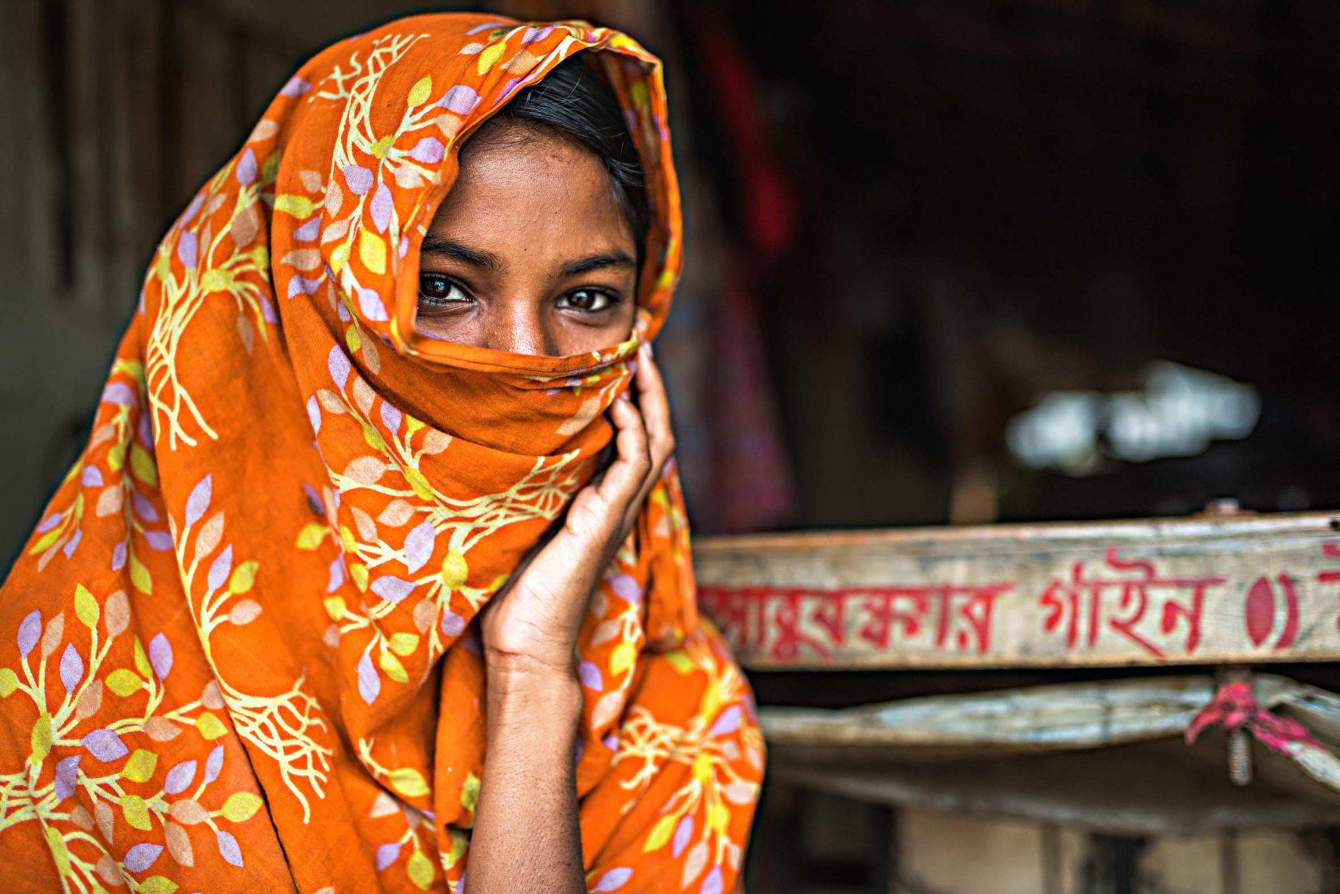 Durante la nostra esperienza di viaggio in Bangladesh abbiamo incontrato e fotografato bellissime ragazza dagli occhi profondi