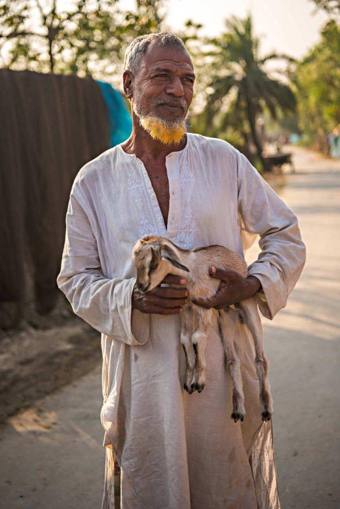 Sono diversi gli uomini che incontriamo che utilizzano l'henné per colorarsi barba e capelli. Un fenomeno che incrocia credo religioso e moda.
