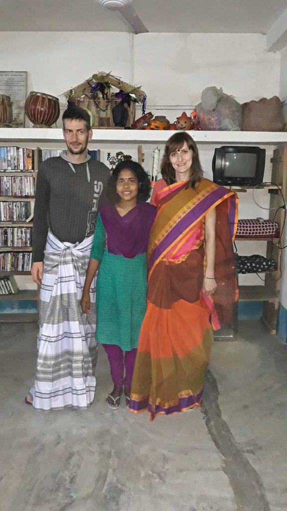 Durante la nostra esperienza di viaggio in missione abbiamo ricevuto in dono i tipici abiti bengalesi. Il sari per le donne e il lungi per gli uomini