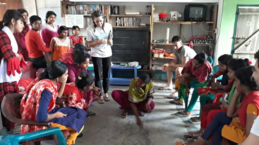 Un momento di svago e gioco in missione. Utilizziamo parole in inglese per aiutarle con la pronuncia.