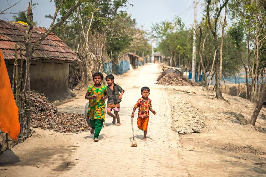 i più piccoli giocano spensierati nei villaggi all'esterno della missione