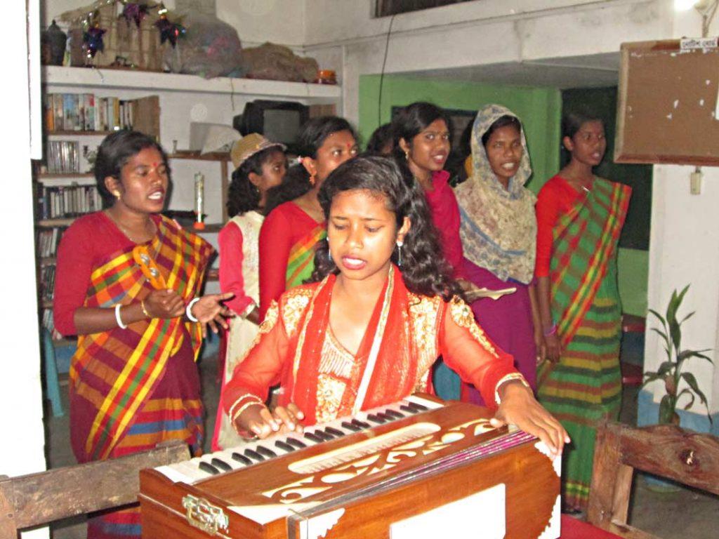Canti e balli in abiti tradizionali locali arricchiscono la nostra esperienza di viaggio in missione.