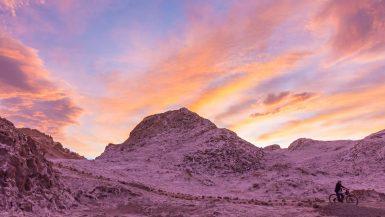 Un tramonto splendido bacia la valle della luna in Cile tingendo le nuvole di rosa