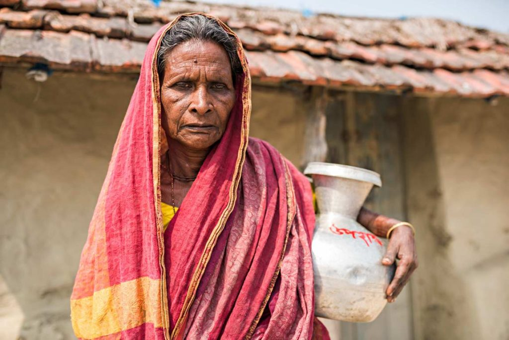 Quest'anziana donna bengalese indossa  un bel saree, abito tipico per le donne locali. Anche lei è stata tra le spose bambine del suo villaggio, vittima di matrimoni precoci