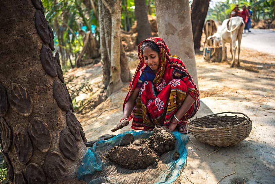 Questa donna bengalese indossa gli shakha pola, ricevuti in dono durante il matrimonio.