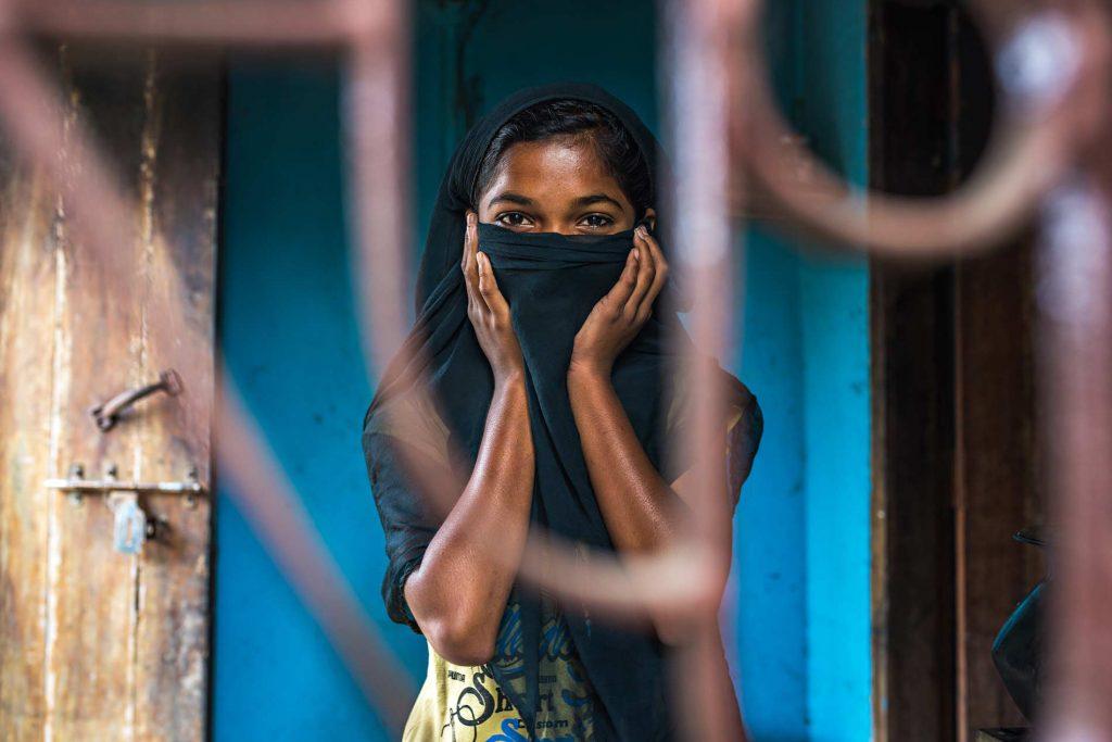 Questa immagine vuole rappresentare la sofferenza delle spose bambine imprigionate dentro casa a causa di matrimoni precoci in Bangladesh