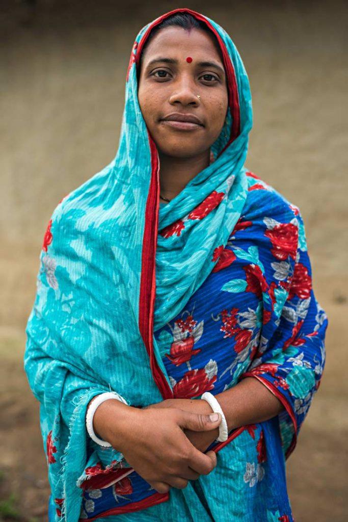 Questa donna bengalese indossa i tipici bracciali shakha ricavati dalle conchiglie. Non tutte le donne accoppiano agli shakha anche i pola in Bangladesh, probabilmente  dovuto ad un fattore di forte povertà.