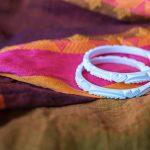 una coppia di bracciali shakha, i tipici gioielli indossati dalle spose nella loro vita coniugale