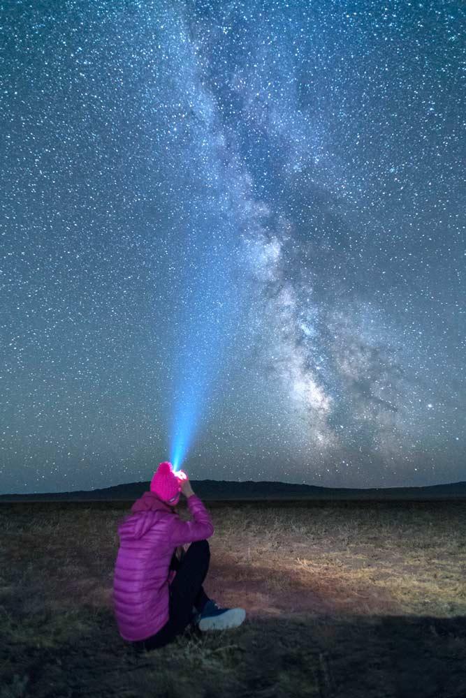 La meravigliosa e luminosissima via Lattea nel deserto del Gobi in Mongolia