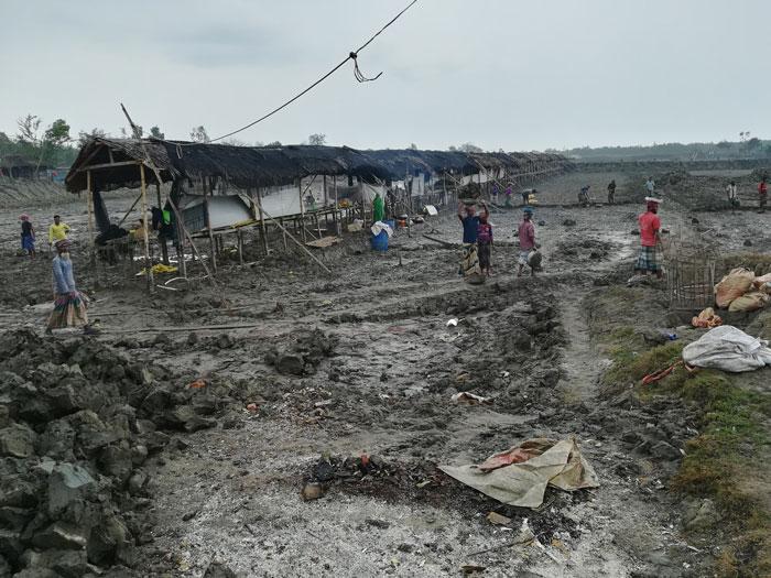 Il paesaggio infernale di un allevamento di gamberi in corso di costruzione