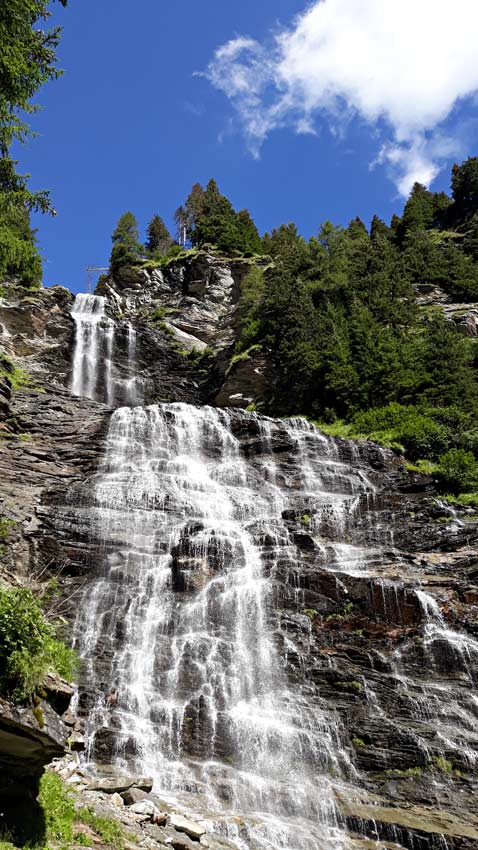 Tappa fondamentale dell'escursione in Val Febbraro e passo Baldiscio è questa bellissima cascata alta più di 150 m.