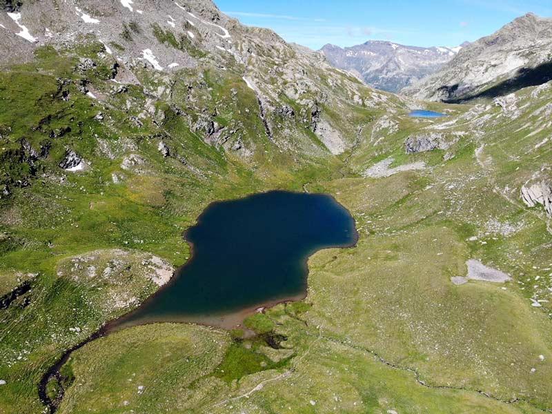 Il bellissimo lago Grande visto dall'alto. Una tappa fondamentale per l'escursione in Val Febbraro e passo Baldiscio